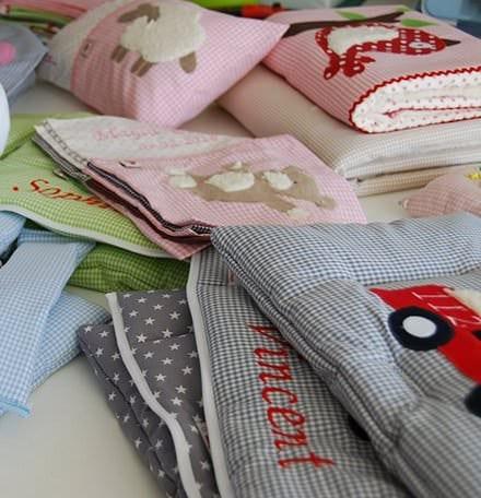Wir bieten Ihnen im Glückspilz-Shop Kinderdecken, Namenskissen, Bettwäsche, Sitzbezüge für Kinderhochstühle und vieles mehr an
