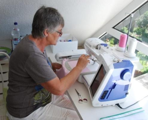 Jeder Name wird individuell an der Nähmaschine einprogrammiert