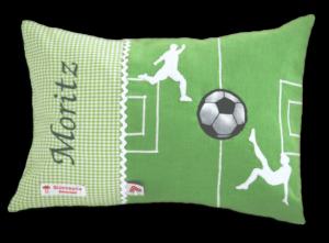 Grünes Namenskissen mit Fußballfeld - Applikation, zwei applizierten Fußballspielern und einem Ball