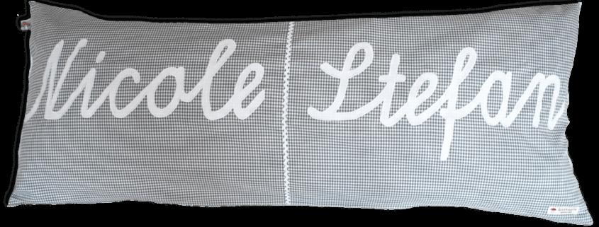 Großes Kissen mit applizierten Namen auf grauem Vichykaro