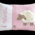 Namenskissen mit Schaf, weichen Details und passender Zackenlitze