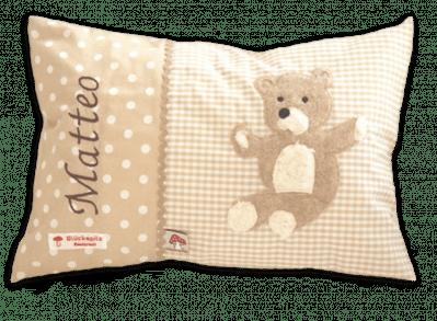 Namenskissen mit Teddybär - Applikation auf beigen Vichykaro mit passender Zackenlitze