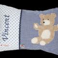 Namenskissen mit Teddybär - Applikation auf dunkelblauen Vichykaro mit passender Zackenlitze