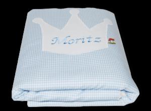Namensdecke mit großer Kronen-Applikation, in welche der Name des Kindes gestickt ist