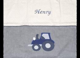Namensdecke mit verschiedenen Mustern, Traktor-Applikation und Zackenlitze