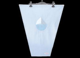 Schützen Sie Ihr Kind vor direkter Sonneneinstrahlung und gefährlichen UV-Strahlen mit einem süßen Sonnensegel mit appliziertem Segelboot auf blauem Vichykaro.