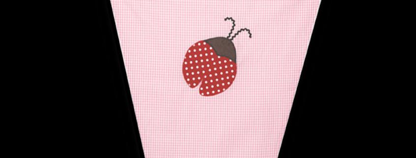 Schützen Sie Ihr Kind vor direkter Sonneneinstrahlung und gefährlichen UV-Strahlen mit einem süßen Sonnensegel mit appliziertem Marienkäfer auf rosa Vichykaro.