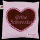"""Rosa Kissen mit applizierten Herz und Stickerei """"kleine Schwester"""""""