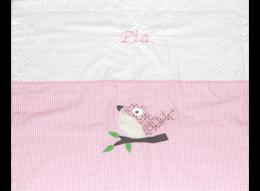 Personalisierbare Decke mit verschiedenen Mustern, Vogel-Applikation und Namensstickerei