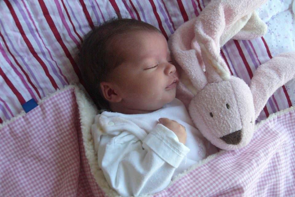 Baby in Kinderdeck mit rosa Vichykaro und flauschiger Innenseite