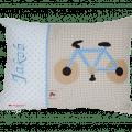 Namenskissen mit Fahrrad - Applikation, Namensstickerei und Zackenlitze auf beige und hellblauen Punkten