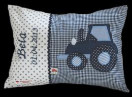 Namenskissen mit detailreicher Traktor-Applikation auf dunkelblauem Vichykaro.