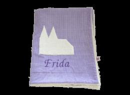 Flauschige Namensdecke mit appliziertem Kölner Dom auf lila Baumwollstoff mich plüschiger Innenseite