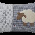 Auf dem grauen Stoffmix aus Punkten und Vichykaro haben wir ein süßes Schaf aufappliziert und den Namen des Kindes gestickt.