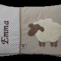 Auf dem braunen Stoffmix aus Punkten und Vichykaro haben wir ein süßes Schaf aufappliziert und den Namen des Kindes gestickt.