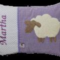 Auf dem lila Stoffmix aus Punkten und Vichykaro haben wir ein süßes Schaf aufappliziert und den Namen des Kindes gestickt.