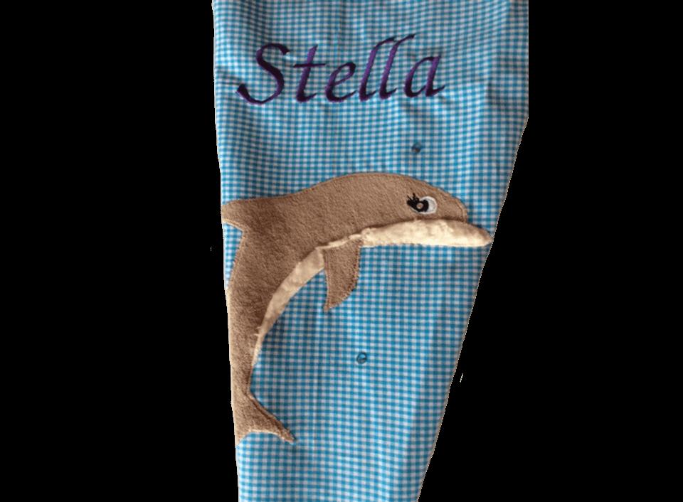 Die Delfin-Applikationen und Namensstickerei auf der Schultüte im Detail.