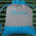 Dieser Turnbeutel besteht aus einem Muster-Mix aus Vichykaro und Sternen in blau und grau.