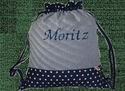 Dieser Turnbeutel besteht aus einem Muster-Mix aus Vichykaro und Sternen in dunkelblau und grau.