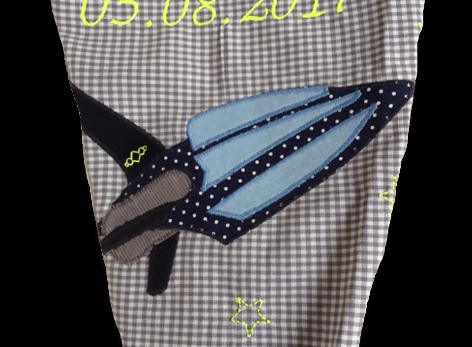 Unsere Schultüte Galxy ist mit einem applizierten Raumschiff sowie verschiedene Stickereien verziert.