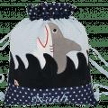 """Unser Turnbeutel """"Hai"""" ist mit zahlreichen Details und einer Namensstickerei verziert."""