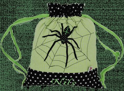 Unser Turnbeutel mit Spinnen-Appliaktion besteht aus einem Muster-Mix aus Sternen und grünem Vichykaro.