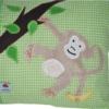 Namenskissen mit Affe an Baum hängend und Banane auf grün in Detailansicht