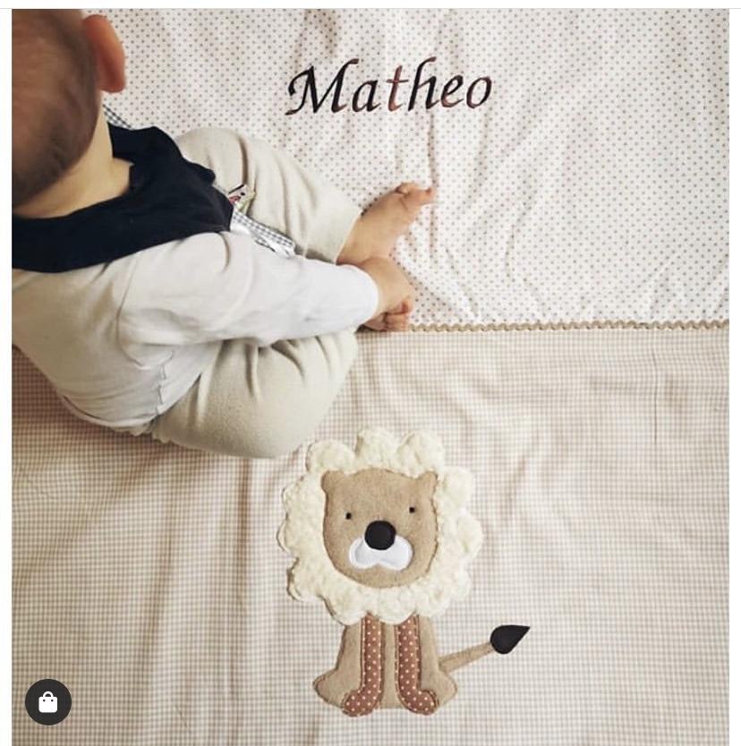 kleiner Junge mit Namen Matheo auf Babydecke sitzend