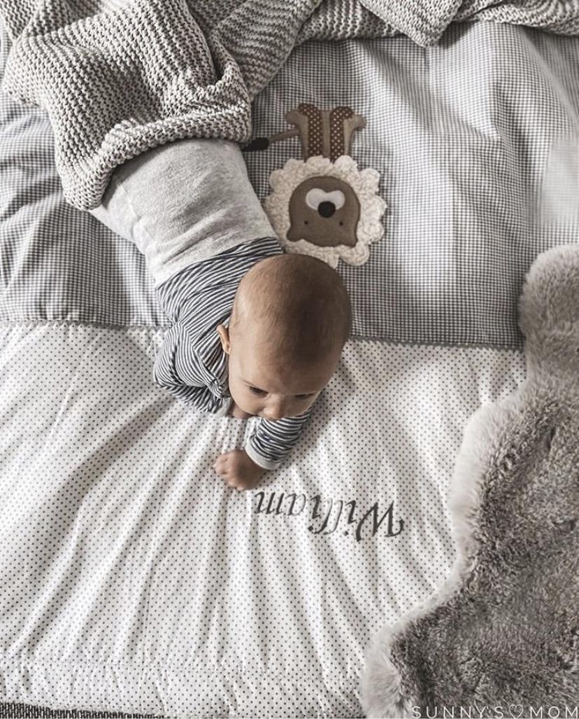 bestickte Decke mit Baby mit Jungen Vornamen