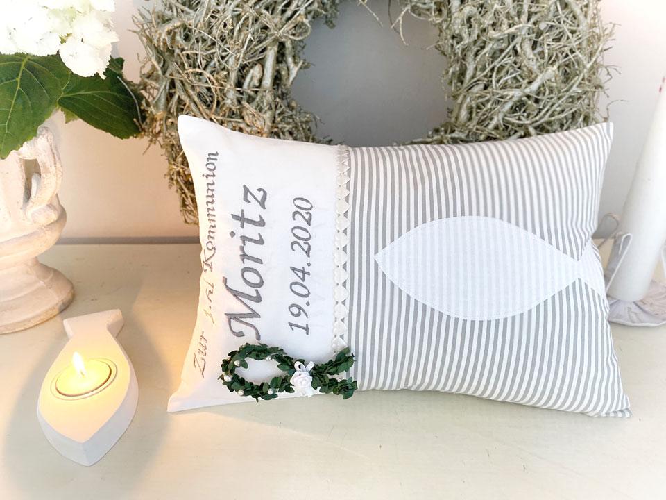 rechteckiges Kissen zur Kommunion bestickt mit Namen und Fisch Symbol in grau