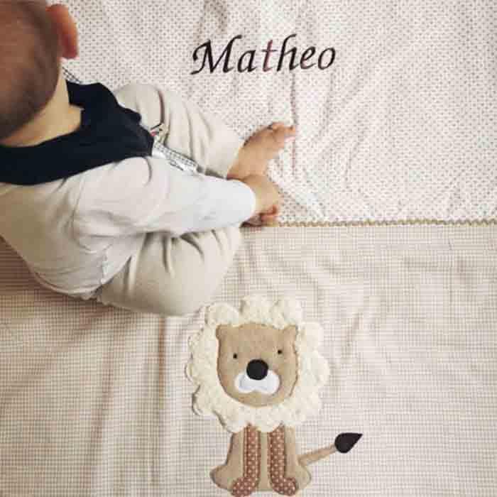 Babydecke mit gesticktem Namen und Loewenapplikation